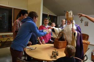 Saint Nicolas distribue ses pains d'épices à la Maison Samuel